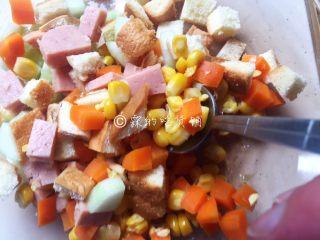 快手早餐 杂蔬芝士吐司盏,随后,把除鸡蛋外的所有配菜,包括面包丁,拌匀。
