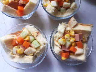 快手早餐 杂蔬芝士吐司盏,中间多多的放上配菜。