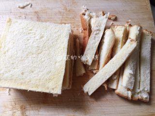 快手早餐 杂蔬芝士吐司盏,吐司片切去四周硬的边边。