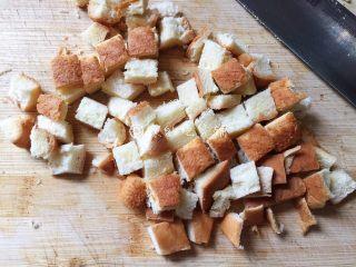 快手早餐 杂蔬芝士吐司盏,切下来的边边别浪费了,也切成丁。