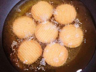 南瓜糯米薯片饼,锅中热油,油热至6成热度时,放入薯片饼。中小火煎至2分钟。