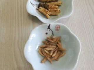 冬至美食十菜谱#麦冬沙参煲水鸭#创建于22/12~2019],药材:麦冬15克、沙参20克。