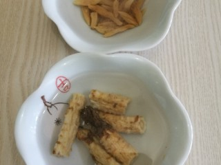 冬至美食十菜谱#麦冬沙参煲水鸭#创建于22/12~2019],药材:麦冬、沙参洗净,漫泡半小时。