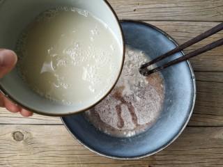 彩虹馒头,将黑全麦粉和面粉按1:3比例混合,酵母粉用温水冲开,少量多次加入面粉中。