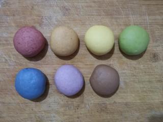 彩虹馒头,在面团中分成加入适量的红曲,番茄,南瓜,菠菜,蝶豆花,紫薯,可可粉揉匀。