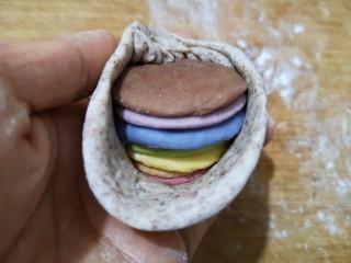 彩虹馒头,按图示包入全麦面皮里。