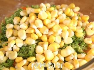 【杂蔬鸡肉饼】低脂营养高蛋白,加入胡萝卜、西兰花和玉米,搅拌均匀