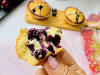 蓝莓爆浆玛芬,做好的蓝莓玛芬当天如果吃不完,可以放凉后装入密封袋保存。吃的时候可以用烤箱和微波炉加热一下。