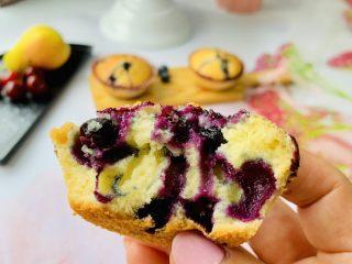 蓝莓爆浆玛芬,蓝莓的加入增加了酸甜的口感。玛芬在温热的时候吃口感最好。