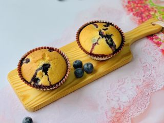 蓝莓爆浆玛芬,自己做的点心新鲜、健康,用料上会比外面买的讲究多,因此吃起来更美味😋