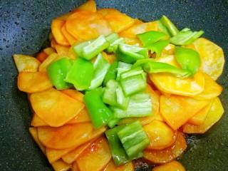 好吃到哭的茄汁土豆片,加入青椒。