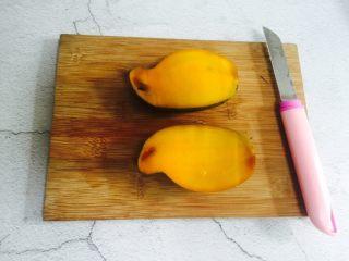芒果香蕉奶昔,芒果对半切开