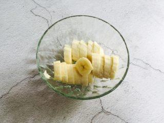 芒果香蕉奶昔,放入沙拉碗备用
