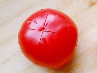 番茄丝瓜补钙粥,<a style='color:red;display:inline-block;' href='/shicai/ 59/'>番茄</a>洗净,划十字