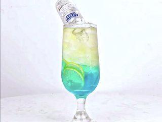 微醺解暑不易醉,一支细腻的饮品,比香槟还好喝!,将白伏特加酒开瓶。斜放入杯中
