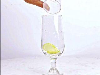 微醺解暑不易醉,一支细腻的饮品,比香槟还好喝!,杯中放入几片香水柠檬
