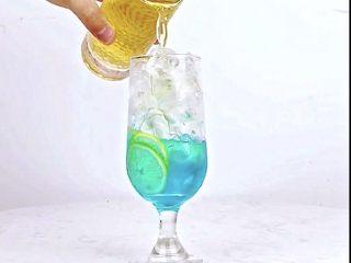 微醺解暑不易醉,一支细腻的饮品,比香槟还好喝!,沿冰块倒入茉莉绿茶茶汤