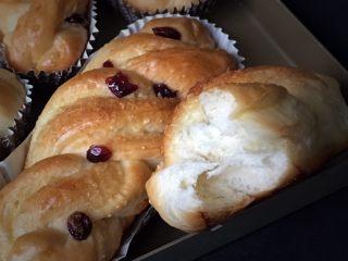 蔓越梅椰蓉扭扭包,咬一口太好吃了,椰蓉香味十足另带蔓越梅酸酸甜甜真好。