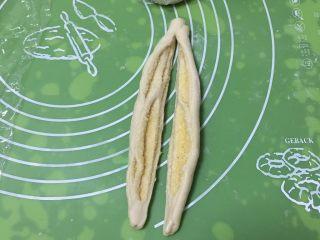 蔓越梅椰蓉扭扭包,用刮刀切开。