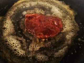 迷迭香黑胡椒牛排,锅热下黄油煎牛排