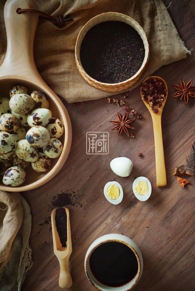 传男不传女的茶叶鹌鹑蛋,没你想的那么难,如果你喜欢味道更浓郁的可以将一半的蛋进行去皮。而另外一部分用勺子背面一个个敲碎。