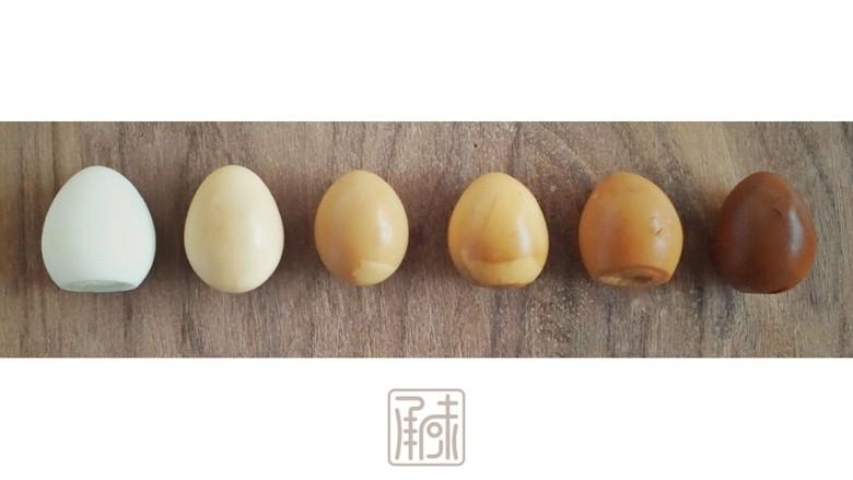 传男不传女的茶叶鹌鹑蛋,没你想的那么难,再次烧开后放入拨好和已经敲好外皮的鹌鹑蛋,鹌鹑蛋的颜色也会从白色逐渐变成深棕,这个时候味道就是最佳时机。
