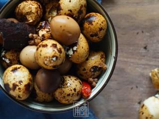 传男不传女的茶叶鹌鹑蛋,没你想的那么难,最终的煮始终保持在小火进行,大概30分钟左右。 好吃又美味的秘方小食,茶叶鹌鹑蛋也就做好了。