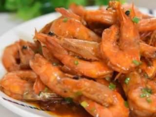 2分钟教你做鲜香入味的油焖虾,超级的好吃,晚上就吃这个了,·食材·  河虾 180g、蒜 15g、姜 15g  葱 10g、糖 5g  花椒油 3g、豆瓣酱 20g
