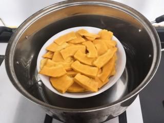南瓜糯米夹心饼,把装南瓜的盘子,放入蒸锅