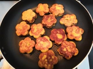 南瓜糯米夹心饼,煎至一面金黄后,翻面再煎至金黄,即可盛出