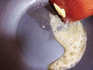 胡萝卜浓汤意面,锅中放入一块儿黄油,小火儿融化黄油。
