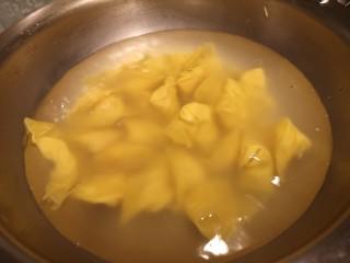 鸡肉抄手,水烧开,下入抄手。