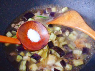 虾仁茄丁打卤面,根据个人口味,加入适量的盐调味。
