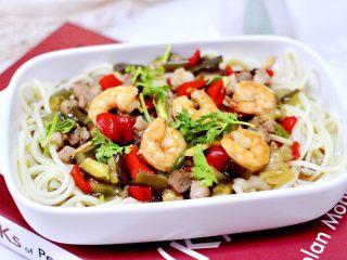 虾仁茄丁打卤面,把煮熟的碱面,放入碗底,上面浇上卤菜即可享用了。