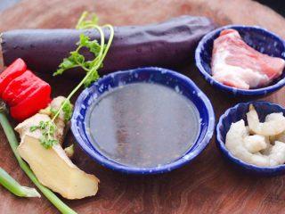 虾仁茄丁打卤面,把做面条打卤面的食材备齐。