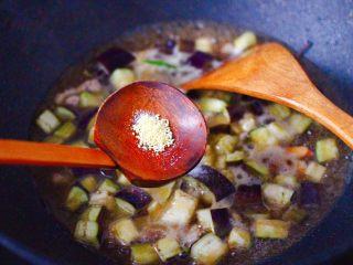 虾仁茄丁打卤面,再放入鸡精增加口感。