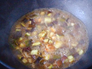 虾仁茄丁打卤面,大火继续炖煮至汤汁浓稠时。