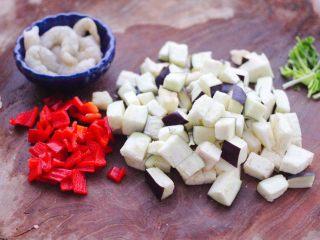 虾仁茄丁打卤面,红椒切丁,茄子切丁,把香菜切段,虾仁去虾线洗净备用。
