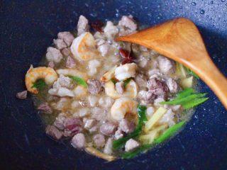 虾仁茄丁打卤面,大火继续翻炒至虾仁变色。