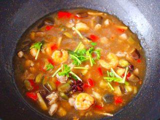 虾仁茄丁打卤面,大火烧开后,撒上香菜段即可关火。