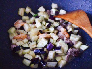 虾仁茄丁打卤面,放入茄子丁,大火再继续翻炒至茄丁变软。