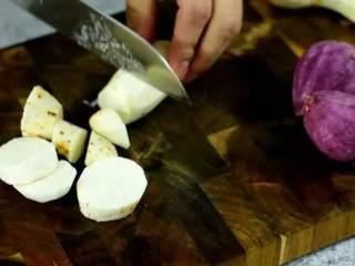 自制芝士芋泥饼 奶香味十足 好吃得停不下来,将芋头、紫薯去皮,切成块备用