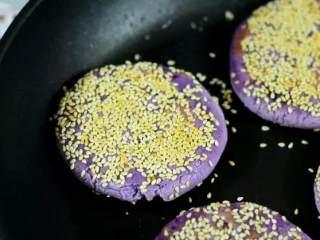 自制芝士芋泥饼 奶香味十足 好吃得停不下来,出锅前撒上葱花即可