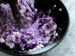自制芝士芋泥饼 奶香味十足 好吃得停不下来,上锅蒸15分钟,压成泥备用
