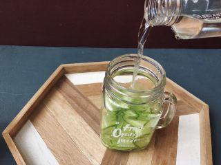 夏日清爽黄瓜水🥒高颜值清暑解渴神水,加入饮用水。