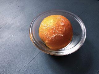 夏日清爽黄瓜水🥒高颜值清暑解渴神水,甜橙洗干净后用食用盐搓一下,用纯净水冲干净,最后用厨房纸擦干水份。(纸巾也可以啦)