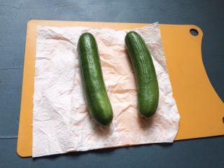 夏日清爽黄瓜水🥒高颜值清暑解渴神水,黄瓜用厨房纸吸干水份。