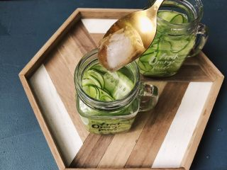夏日清爽黄瓜水🥒高颜值清暑解渴神水,放入冰块。