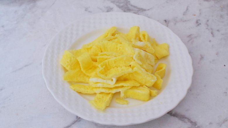 鸡蛋丝瓜汤,取出切成条状备用
