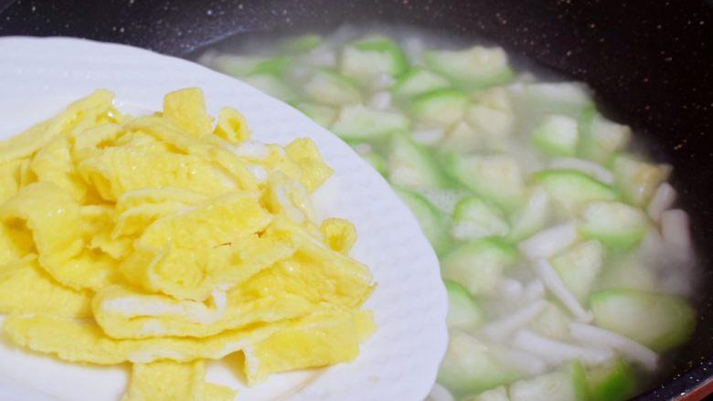 鸡蛋丝瓜汤,等水开后放入煎好的鸡蛋